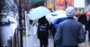 Gehende Leutek?rperteile an der ?berfahrt an regnerischem Tag Shinjuku Tokyo stock footage