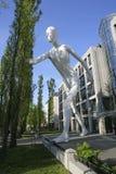 Gehende Mann-Skulptur in München, Bayern Lizenzfreies Stockfoto