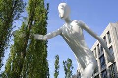 Gehende Mann-Skulptur in München, Bayern Lizenzfreie Stockfotos