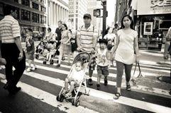 Gehende Muttergesellschaft die verkehrsreichen Straßen von New York Lizenzfreie Stockfotografie