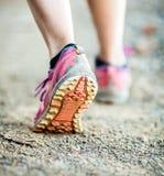 Gehende oder laufende Beine, Abenteuer und Trainieren stockfotografie
