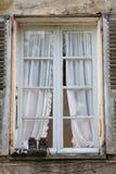 Gehende Schuhe auf der Fensterscheibe Lizenzfreie Stockfotos