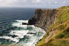 Gehende Spur der Wanderung durch Seeklippen und -ozean Lizenzfreies Stockfoto