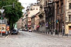 Gehende Straße in der alten Stadt Stockbild