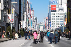 Gehende Straße am nationalen Grundlagen-Tag auf FEBRUAY 11, 2015 in Ginza, Tokyo Stockfotografie