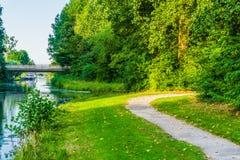 Gehende Straße verbiegen mit Seeblick in einer schönen Waldlandschaft Lizenzfreie Stockfotos