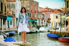 Gehende Straßen des jungen Mädchens von Murano Stockbilder