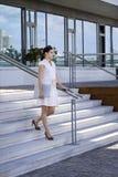 Gehende Treppen der Geschäftsdame mit Handyschoss Stockbild