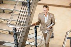 Gehende Treppen der Geschäftsfrau Lizenzfreie Stockfotos