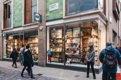 Gehende Vergangenheit der Leute Mann! Comics kaufen in Covent Garden, London, Gro?britannien lizenzfreie stockfotos