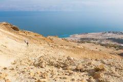 Gehende Wüste der Paare schleppen unten zum Toten Meer Lizenzfreie Stockfotos