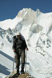 Gehender Bergsteiger Stockfotografie
