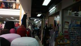 Gehender Besuch der Leute und Einkaufsgewebematerial mit Zusätzen vom Geschäft stock video footage