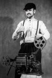 Gehender Daumen des Bartfilmvorführer-Mannes oben stockbilder