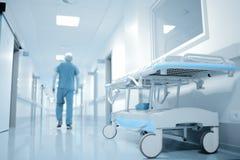 Gehender Doktor in der Krankenhaus-Abteilung Lizenzfreies Stockbild