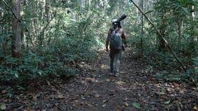 Gehender Dschungelweg des Fotografen stock footage