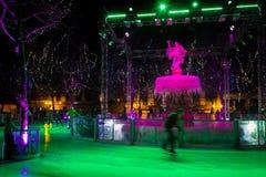 Gehender Eiseislauf der schönen Frau Weihnachten angemessen Carcassonne frankreich Stockfotografie