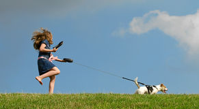 Gehender Hund des jungen Kindes Lizenzfreie Stockfotos