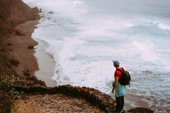 Gehender langer Weg des Touristen entlang Klippenküstenlinie mit Meereswogen von Cruzinha zu zu Ponta tun Solenoid Enorme Berge a Stockbild