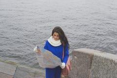 Gehender Mädchentourist der Fluss Lizenzfreie Stockbilder