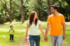 Gehender Park der Familie lizenzfreie stockfotos