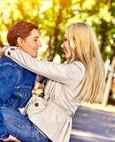 Gehender Park der Frühlingspaare Sommerfreundweg im Freien Lizenzfreie Stockfotos