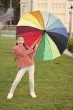 Gehender Park des M?dchenkinderlangen Haares mit Regenschirm Aufenthalt positiv und optimistisch Bunter zus?tzlicher positiver Ei lizenzfreie stockfotos