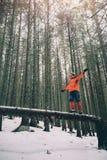 Gehender schöner Winterwald des Touristen Stockfotografie