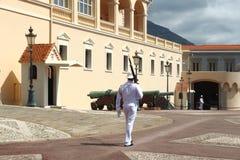 Gehender Schutz nahe Prinz ` s Palast von Monaco stockfoto