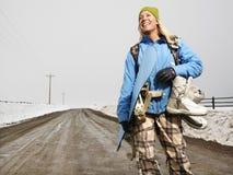 Gehender Snowboarding der Frau. Lizenzfreies Stockfoto