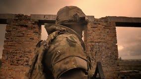 Gehender Soldat in der Tarnung schaut nach vorn und Halten der Waffe, verlassene Backsteinbauillustration, regnerisches Wetter stock footage
