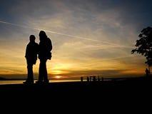 Gehender Sonnenuntergang der Paare Lizenzfreies Stockfoto
