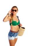 Gehender Strand der blonden kurzen Frau der Jeans touristischen Stockfotografie