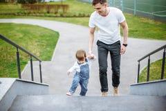 Gehender Vater und Tochter im Freien Kinder- und Vatiweg im Sommer lizenzfreie stockfotos