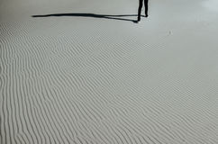Gehender weißer Sand des alleinmannes Stockfotografie