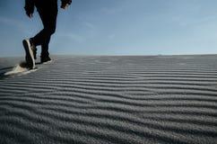 Gehender weißer Sand des alleinmannes Stockfoto