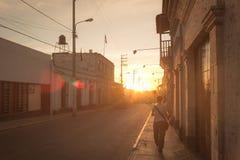 Gehendes alleinstadtzentrum bei Sonnenuntergang in der Hintergrundbeleuchtung Stockbilder
