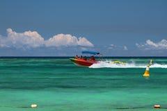 Gehendes Boot im Meer Trou Zusatz-Biches, Mauritius Stockfoto