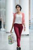 Gehendes Einkaufen der Frau Stockfotos