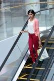 Gehendes Einkaufen der Frau Stockfoto