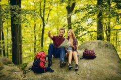 Gehendes glückliches Paar der wandernde Weg im Wald Stockfotografie
