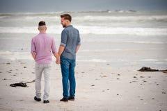 Gehendes Händchenhalten der homosexuellen Paare stockfotografie