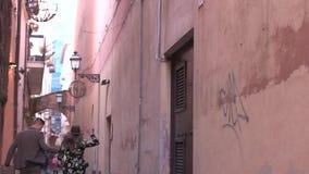 Gehendes Händchenhalten der Paare auf den alten Straßen stock video footage