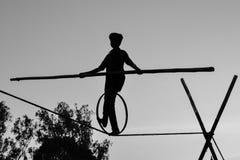 Gehendes Jungen-Drahtseil, Slacklining, Funambulism, Seil-Balancieren stockfotografie