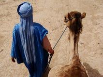 Gehendes Kamel des arabischen Mannes Lizenzfreie Stockfotos