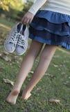 Gehendes Mädchen in der Natur Stockfotos