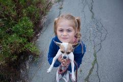 Gehendes Mädchen ihr Hund Stockfotografie