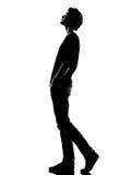 Gehendes oben schauen des Schattenbildes des jungen Mannes Stockfotografie