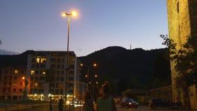 Gehendes Panorama 4k Italien der Nachtzeit como Stadtstraßen-Ansicht stock video