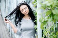 Gehendes/schönes Mädchen Mädchen in der Parkansicht von Warschau stockfotografie